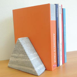 Triangle book stop in polished gray gneiss set of 2 pcs